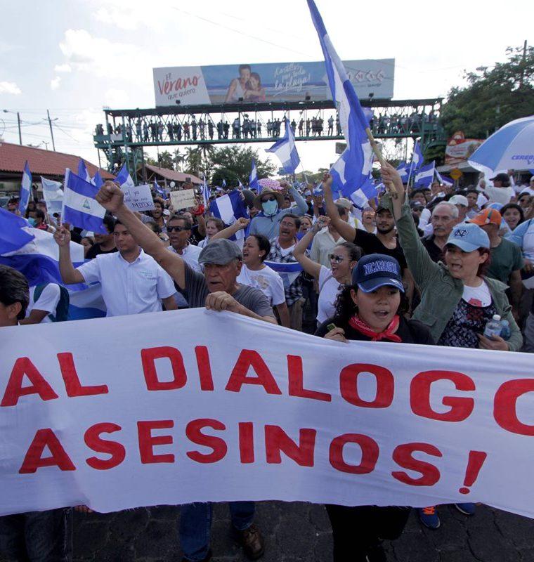 """Durante la manifestación masiva en Nicaragua se observaron pancartas que decían """"No al diálogo con los asesinos"""". (Foto Prensa Libre: AFP)"""