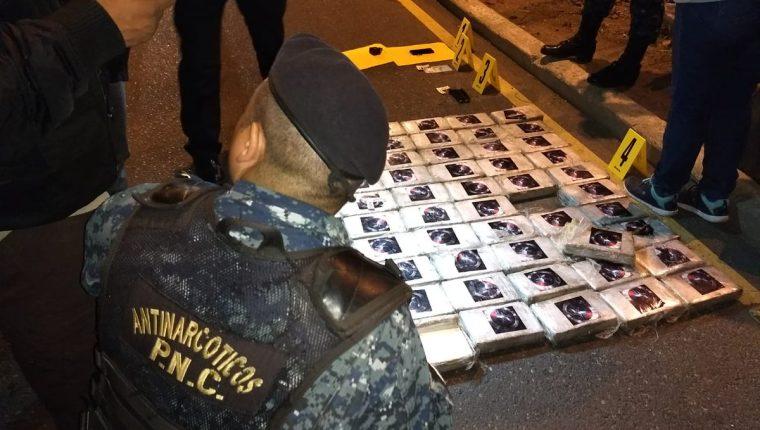 La droga estaba oculta en un doble fondo del vehículo. (Foto Prensa Libre: PNC)