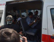 Bomberos Voluntarios trasladan a tres de los cinco heridos al Hospital Regional de Cuilapa, Santa Rosa. (Foto Prensa Libre: Oswaldo Cardona)