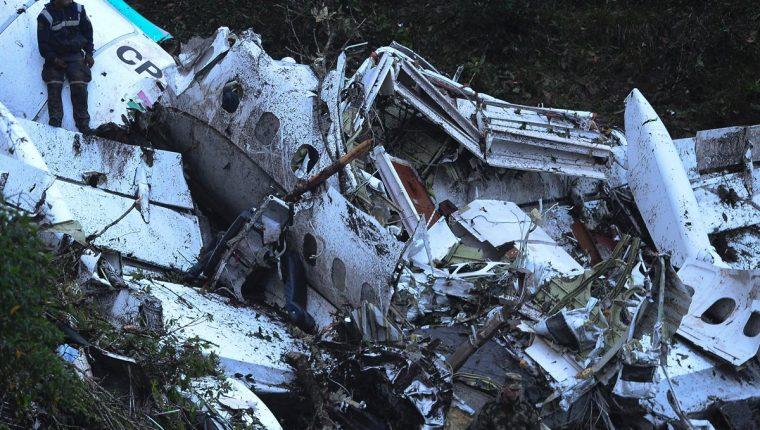Estos son los restos del avión que cayó en Colombia. (Foto Prensa Libre: AFP)