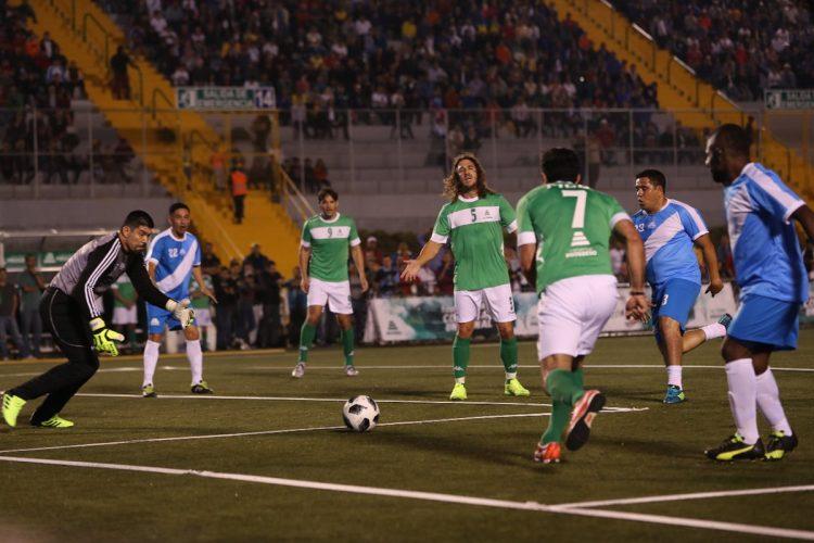 Edgar Estrada está por tomar la pelota en una acción del juego.