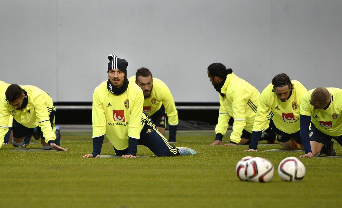 Zlatan Ibrahimovic se entrena con su selección con la mira puesta en Francia. (Foto Prensa Libre: AP)