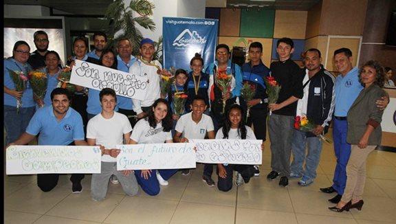 Campeones Panamericanos de karate fueron recibidos como héroes