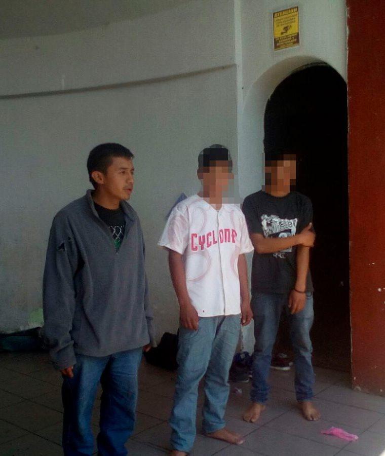 Autoridades indígenas de Santa Cruz del Quiché presentaron a los tres supuestos delincuentes. (Foto Prensa Libre: Héctor Cordero).