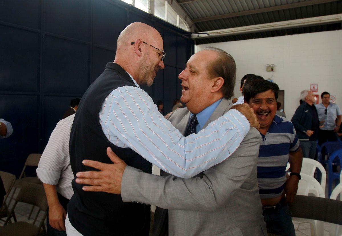 Gerardo Aguirre es felicitado por un miembro de la asamblea del deporte luego de ser electo presidente del Comité© Ejecutivo del COG para el periodo 2018-2021. (Foto Prensa Libre: Carlos Vicente).