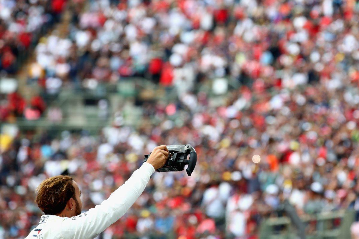 Lewis Hamilton saluda al público que se hizo presente para observar el Gran Premio de México. (Foto Prensa Libre: AFP)