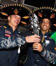 Daniel Ricciardo festeja junto a Max Verstappen el tercer puesto del Gran Premio de México. (Foto Prensa Libre: AFP)