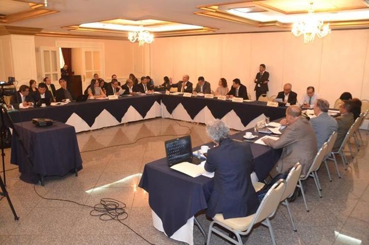 Comisión de Asuntos Electorales, durante una reunión para discutir la reformas a le Ley Electoral. (Foto Prensa Libre: Hemeroteca PL)