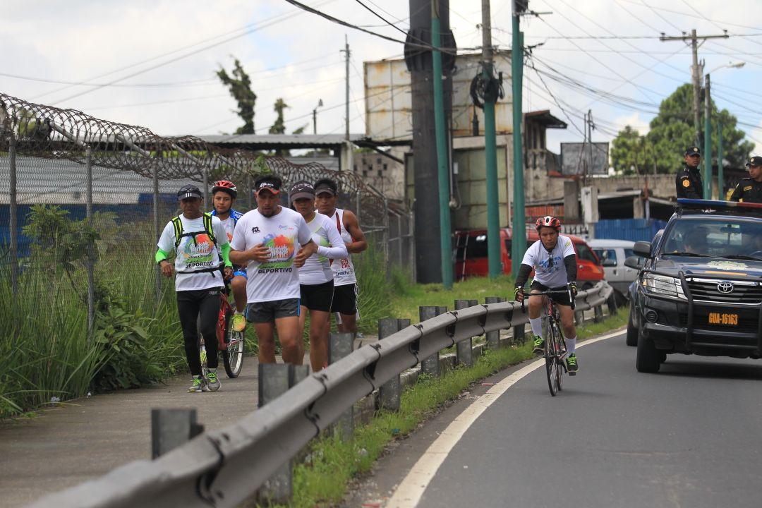 Por momentos, durante su trayecto, suben a las áreas verdes para tratar de no impedir el tránsito.