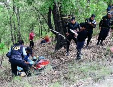El cuerpo fue localizado a 100 metros de la cinta asfáltica. (Foto Prensa Libre: Mike Castillo)