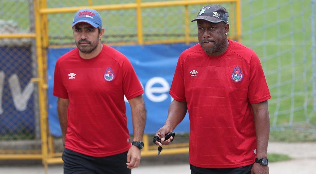 Hernán Medford tomó el mando de Municipal a inicios de enero de 2018. Mauricio Solís es el asistente técnico escarlata. (Foto Prensa Libre: Jorge Ovalle)