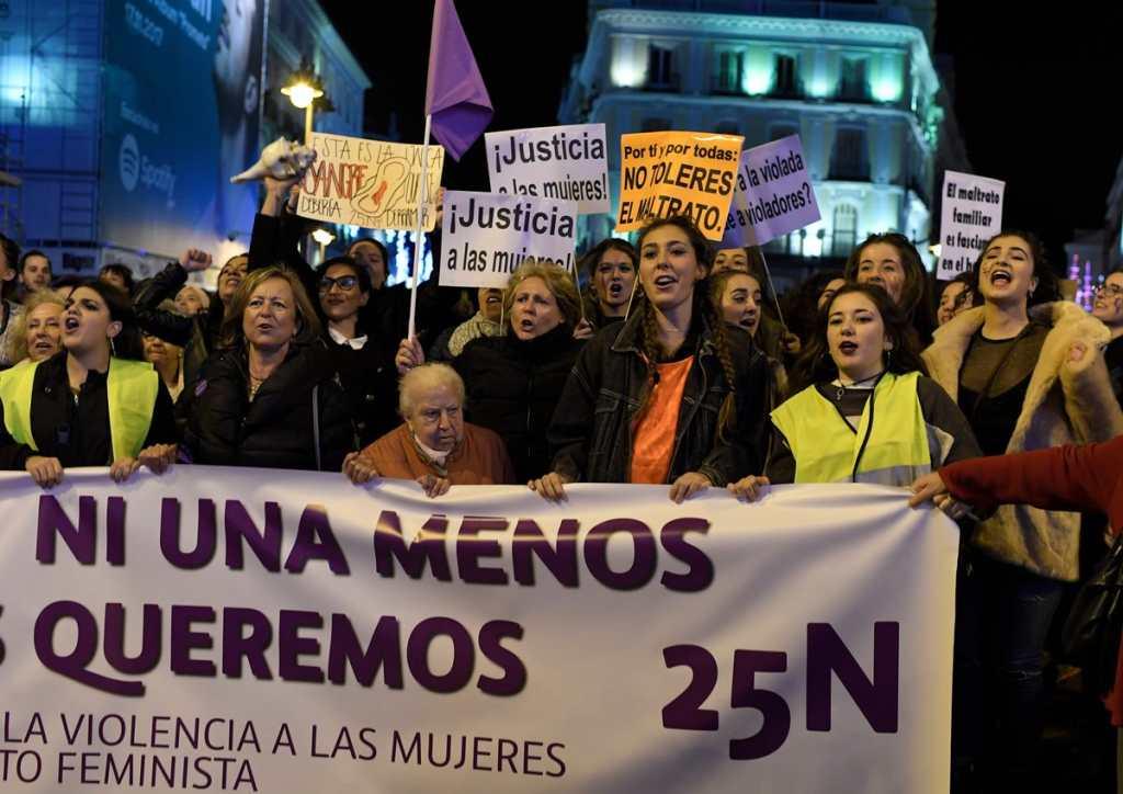 """En España también se reunieron varias mujeres para responder a la campaña """"Ni una menos""""."""