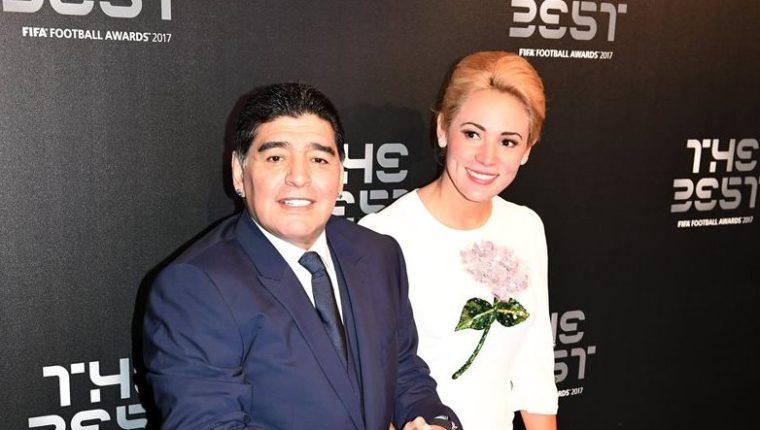 Diego Armando Mararona a su llegada a la gala de los premios The Best junto a su pareja Rocio Oliva. (Foto Prensa Libre: EFE)