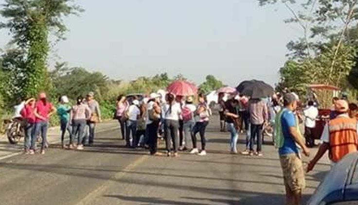 Padres de familia de varios municipios del Estado de Chiapas, bloquean las carreteras cercanas a la frontera con México. (Foto Prensa Libre: Whitmer Barrera)