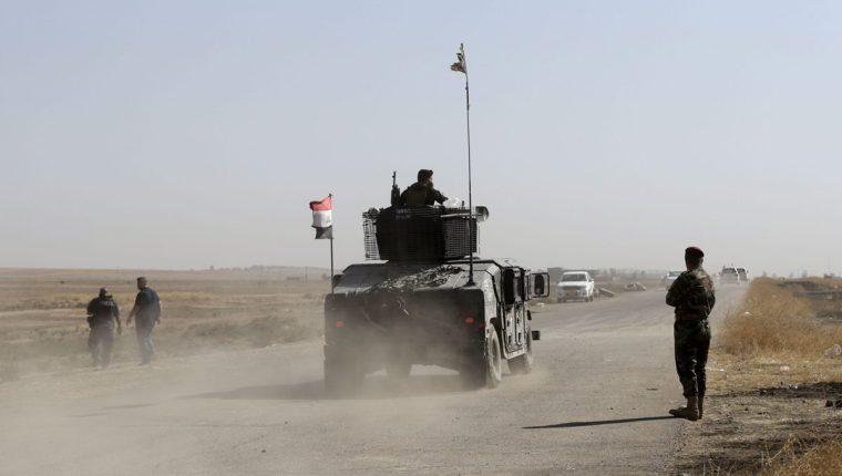 Un vehículo de las Fuerzas Especiales de Irak se dirige al frente de Bartila a unos 50km al este de Mosul. (Foto Prensa Libre: EFE).