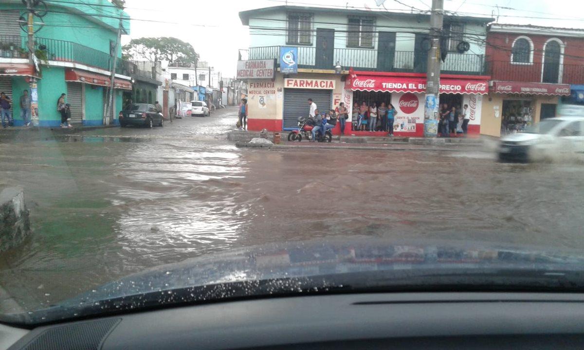 En municipios como Villa Nueva y Mixco, el sistema de alcantarillado colapsó debido a la acumulación de basura arrastrada por la lluvia. (Foto: Conred)