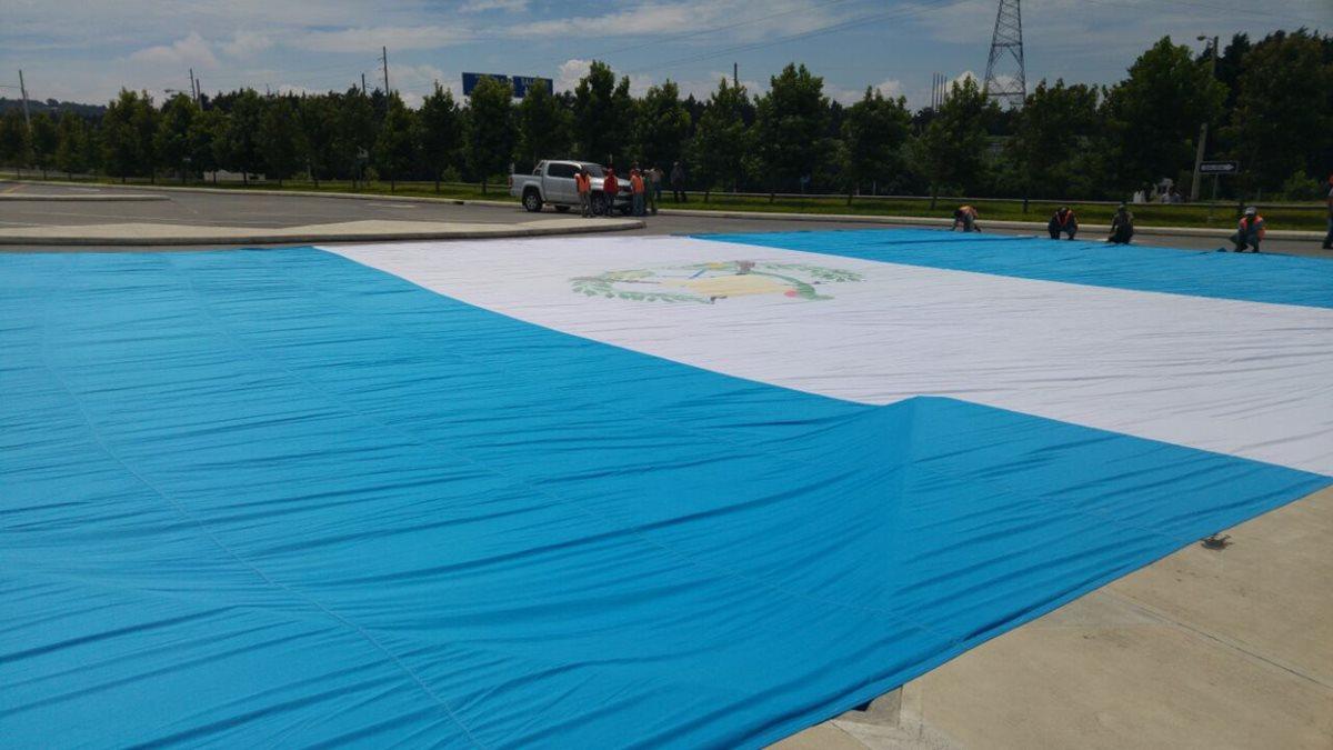 La Bandera es de 26 por 19 metros.(Foto Prensa Libre: MP)