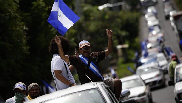 Aunque en algunos lugares del país ya se liberaron los tranques (bloqueos), unos 205 pilotos se mantienen retenidos en zonas como Jinotepe (Carazo). (Foto Prensa Libre: EFE)