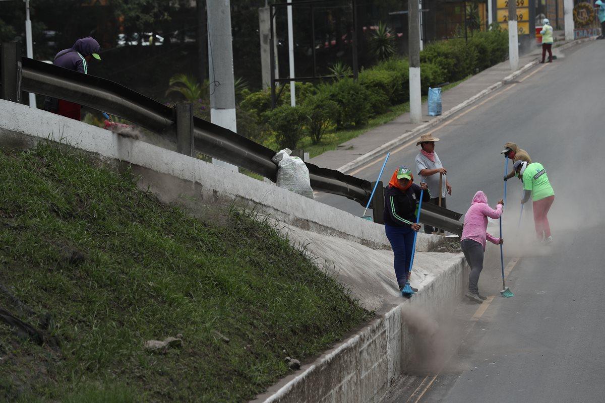 Personal de Limpia y Verde de Mixco recogen arena en parte del viaducto Tinco, ubicado al final de la calzada Roosevelt. (Foto Prensa Libre: Esbin García)