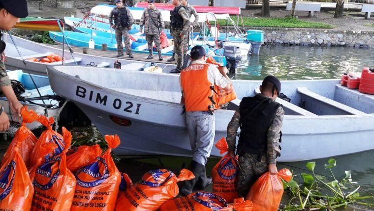 Dos lanchas del Apostadero Naval llevan a cabo el traslado de alimentos a las zonas afetadas. (Foto Prensa Libre: Dony Stewart)