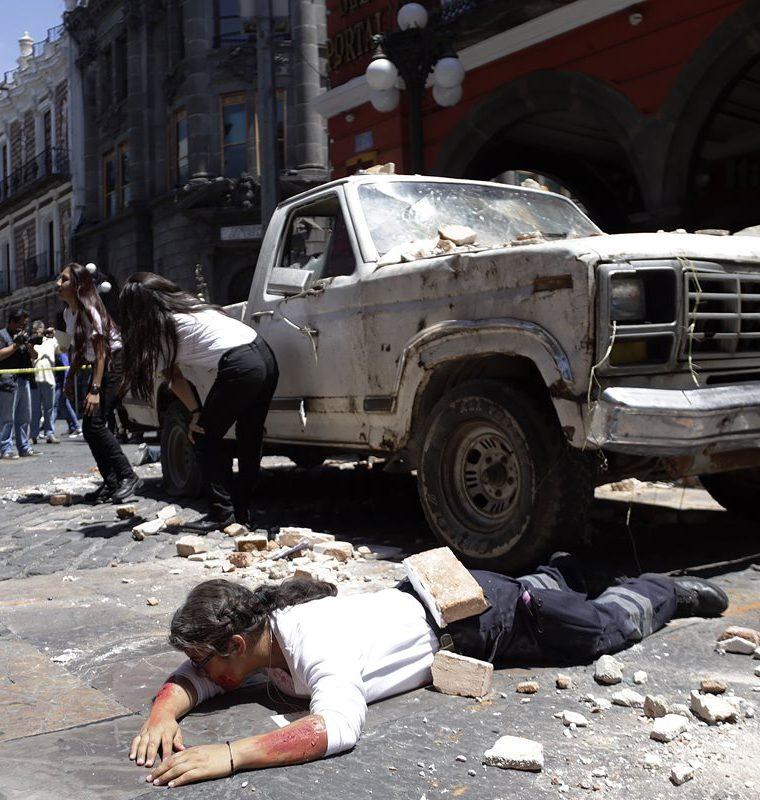 Miembros de protección civil, policía municipal, estatal y cuerpo de bomberos, participan en un simulacro a un año del terremoto que sacudió a Puebla, México en 2017.(Foto Prensa Libre: EFE)