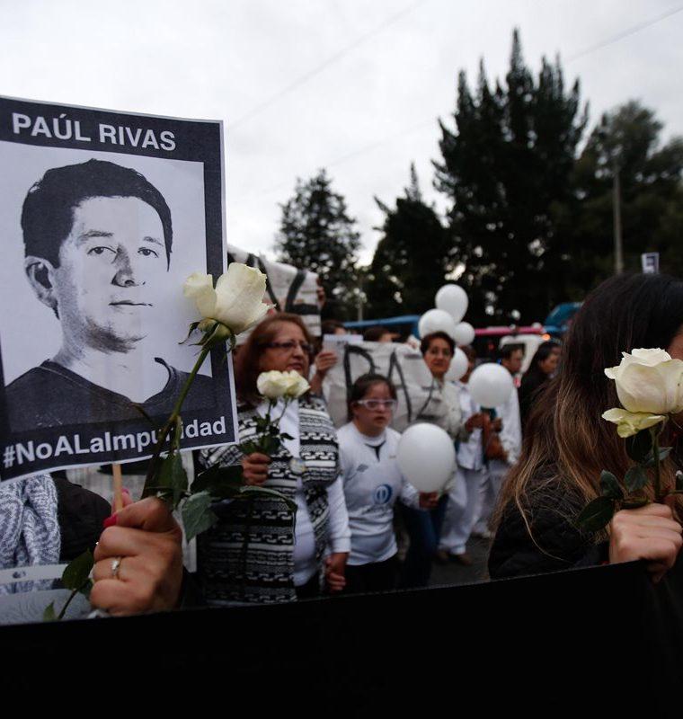 Amigos y colegas del equipo periodístico secuestrado en la frontera con Colombia participan en una marcha en Quito, Ecuador.(EFE).