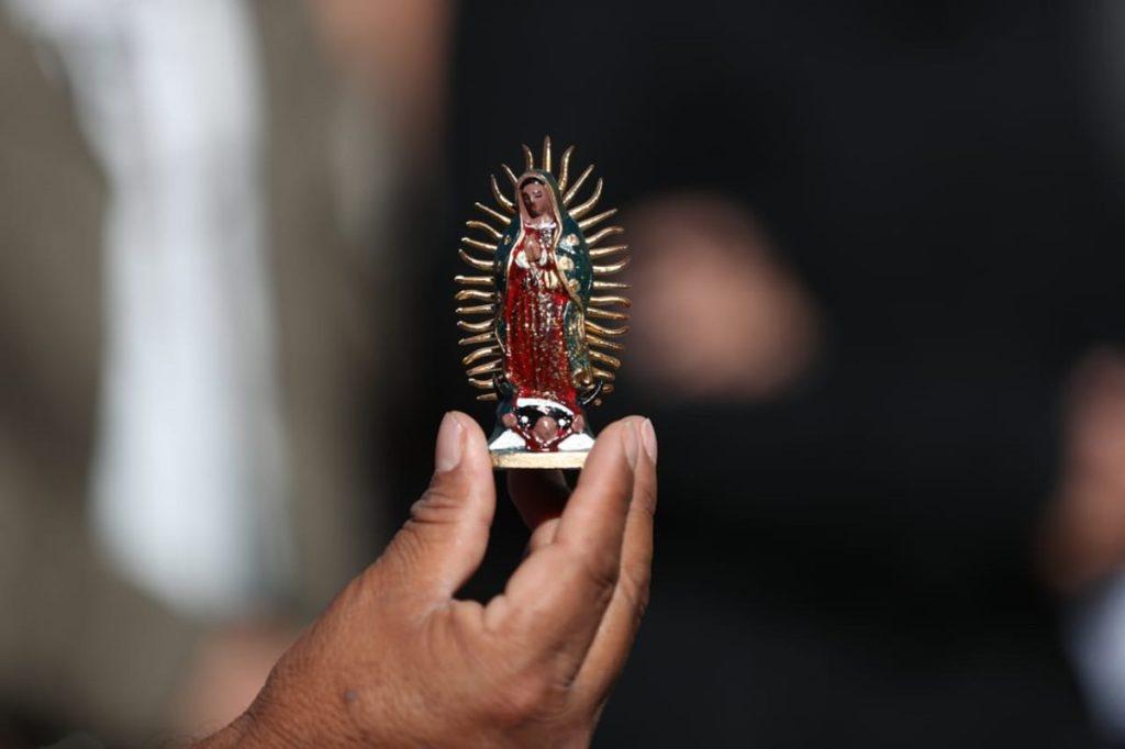 Cientos de imágenes de la Guadalupana, en distintos tamaños, formas y colores, son vistas en los alrededores del Santuario.