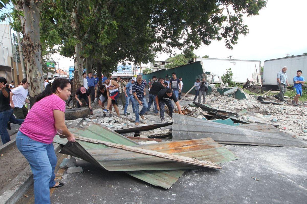 Vecinos de colonia Eureka protestan por destrucción de muro