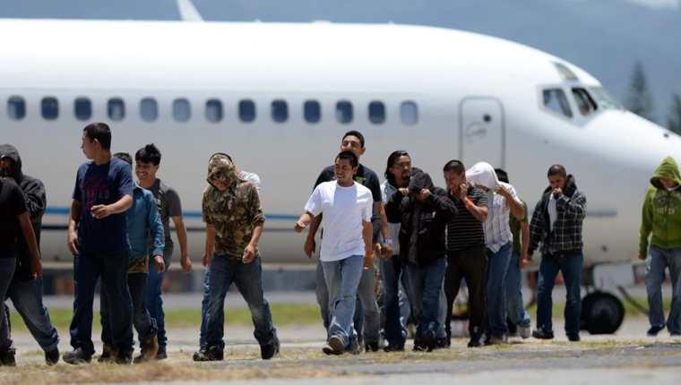 Un grupo de guatemaltecos deportados de Estados Unidos caminan a su llegada a la Base Aérea de la Ciudad de Guatemala.(AP).