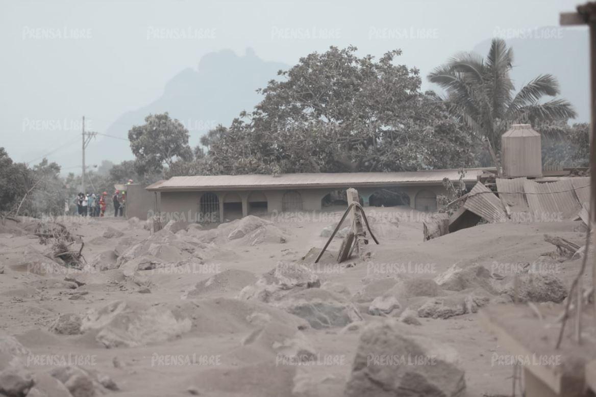 Este es el panorama en San Miguel los Lotes: todo está cubierto de rocas, arena y ceniza volcánica. (Foto Prensa Libre: Estuardo Paredes)