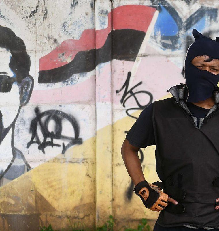 Un estudiante encapuchado de la Universidad Nacional Autónoma de Nicaragua, luego de enfrentamientos con la policía antidisturbios en Managua.(AFP).