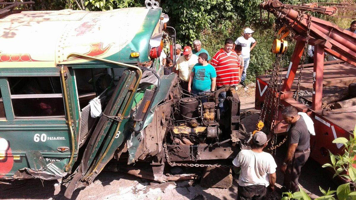 Piloto abandona autobús volcado
