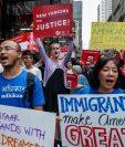 Activistas e inmigrantes exigen una solución integral migratoria en EE. UU., durante una protesta reciente en Nueva York. (Foto Prensa Libre: AFP)