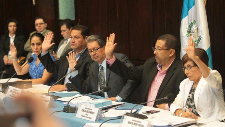 Diputados alzan la mano para ratificar lo definido en el informe. (Foto Prensa Libre: Alvaro Interiano)