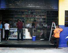 El intento de incendiar el negocio dejó daños en el frente de la farmacia. (Foto Prensa Libre: Carlos Grave)