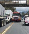 Pilotos de buses extraurbanos hacen doble fila en su intento por apresurar el paso por Chimaltenango, pero eso solo agrava el congestionamiento. (Foto Prensa Libre: Cortesía Johny Cáceres)