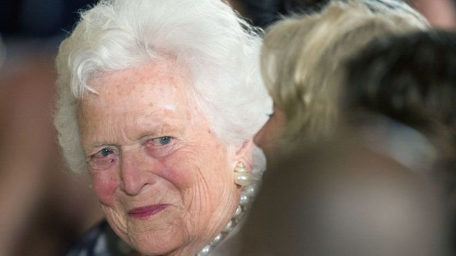 Barbara Bush fue la única mujer estadounidense que vio a su esposo e hijo ocupar la silla presidencial de la Casa Blanca. AFP