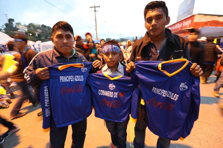 Los seguidores azules mostraron sus camisolas con orgullo.