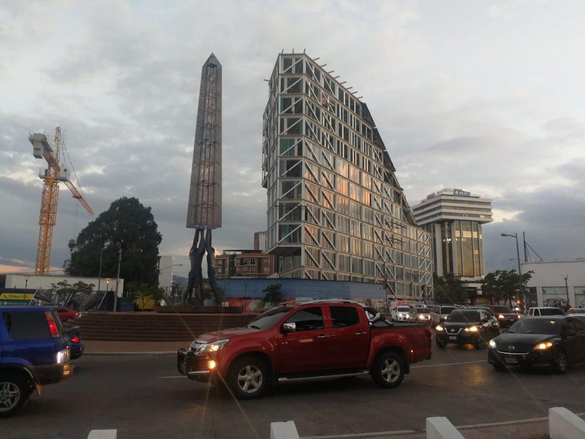 El diseño del edificio Xpo1 es piramidal y su estructura es de acero. Para lograr la construcción del inmueble se han usado 900 toneladas de hierro. Foto Prensa Libre: Cortesía de Urbop)