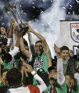Raúl levantó su última copa como futbolista activo con el Cosmos de Nueva York. (Foto Prensa Libre: EFE)