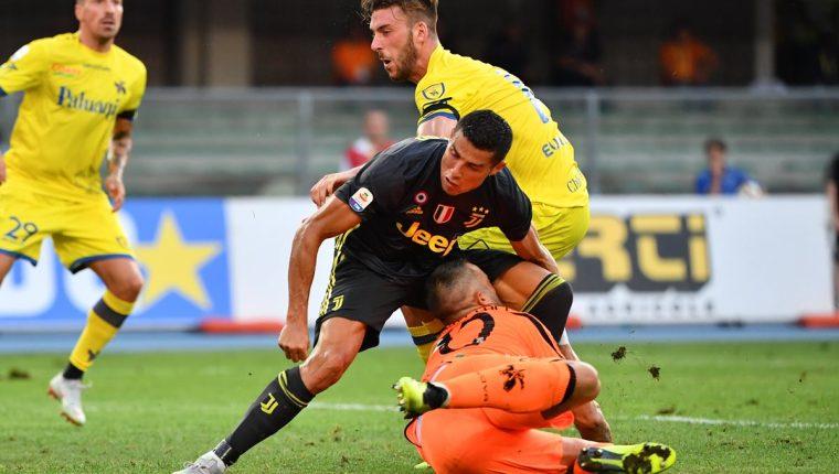 Este es el momento preciso en el que Cristiano Ronaldo impacta con el portero del Chievo Stefano Sorrentino. (Foto Prensa Libre: AFP)