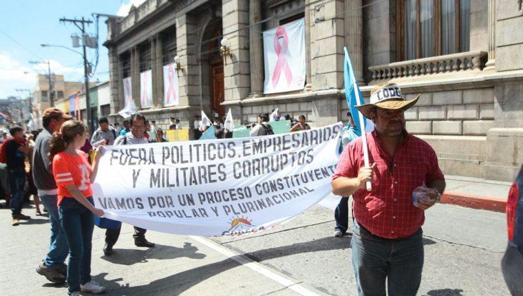 Los manifestantes llegaron al Congreso y Casa Presidencial a entregar demandas (Foto Prensa Libre: Estuardo Paredes)