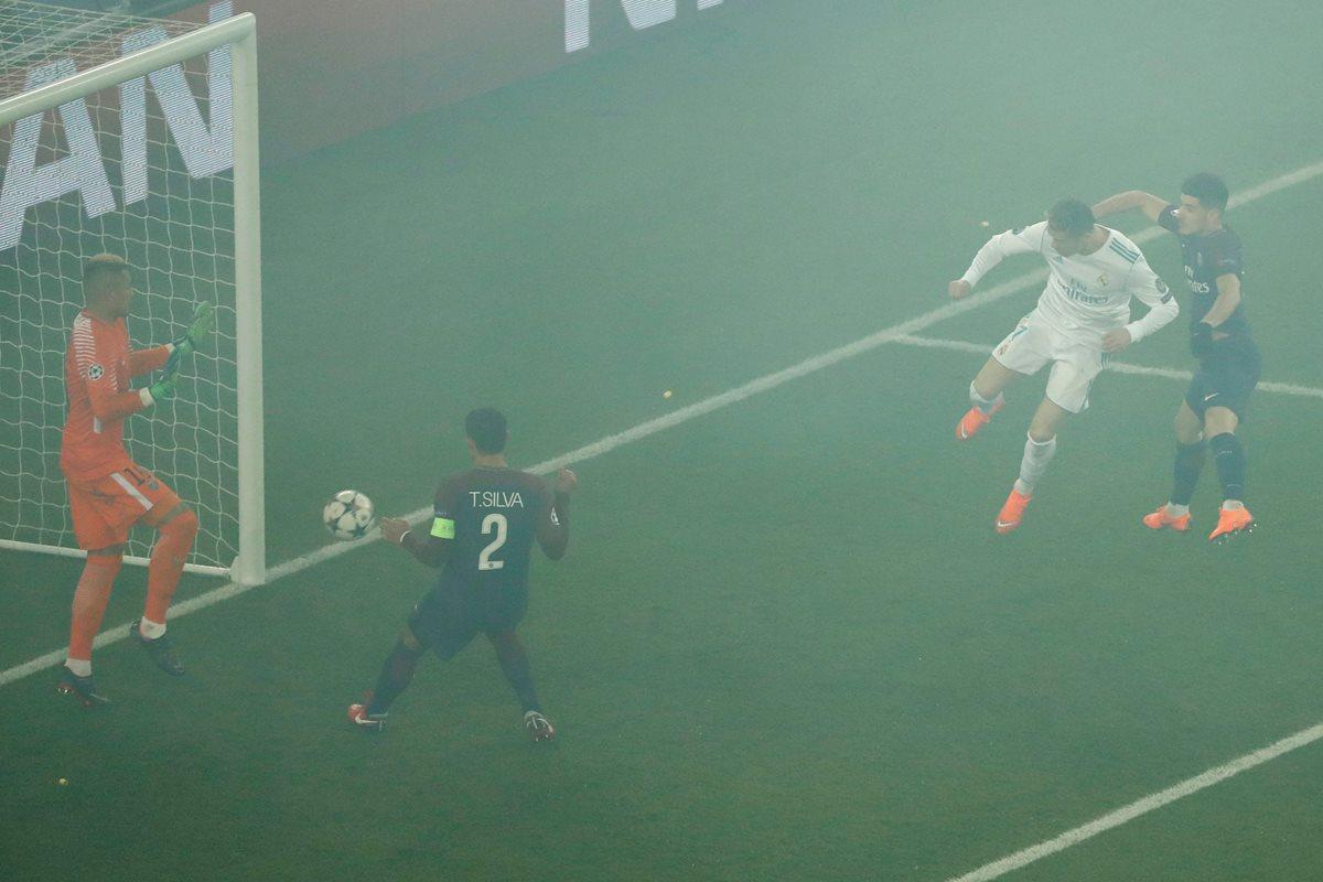 Cristiano Ronaldo remata de cabeza y anota el 1-0 para el Real Madrid en casa del PSG. (Foto Prensa Libre: AFP)