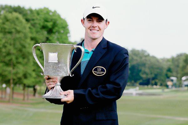 Rory McIlroy muestra el trofeo conseguido. (Foto Prensa Libre: AFP)