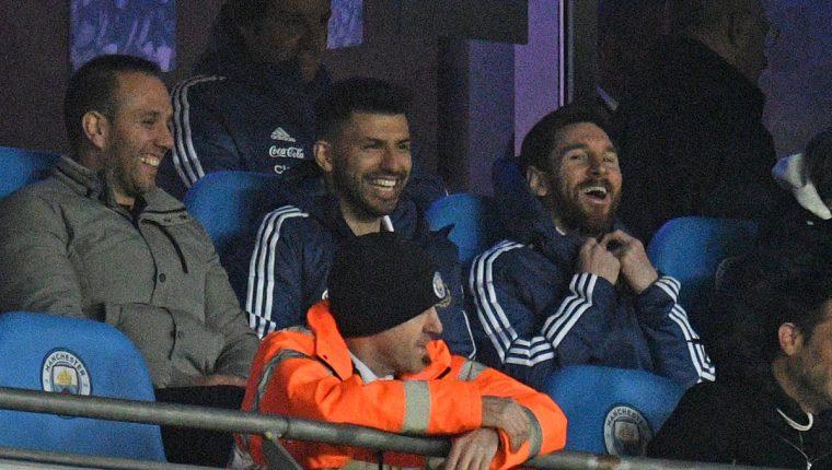Lionel Messi y Sergio Agüero sonríen durante el partido que la albiceleste le ganó 2-0 a Italia. (Foto Prensa Libre: AFP)