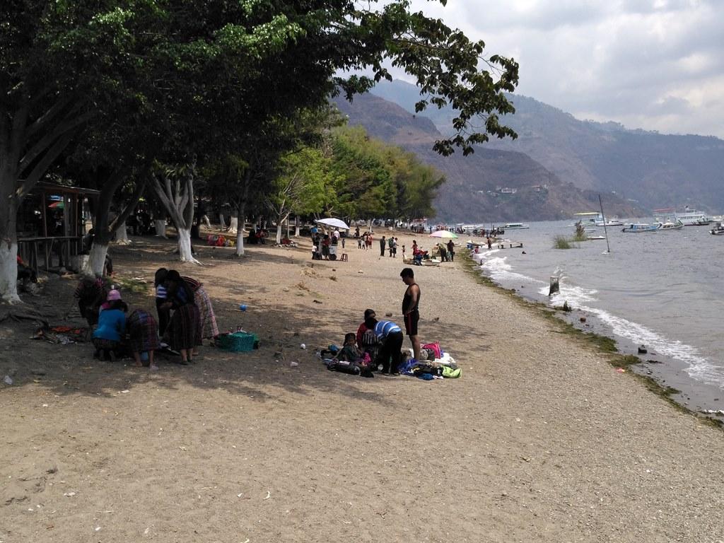 Las playas del Lago de Atitlán, en Panajachel, fueron limpiadas con ayuda de vecinos. (Foto Prensa Libre: Ángel Julajuj)