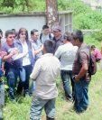 Autoridades MP y de FAFG observan el área a trabajar en el cementerio general de Cobán, Alta Verapaz. (Foto Prensa Libre: Ángel Martín Tax)