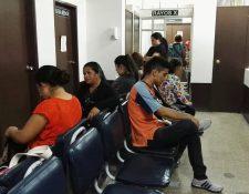 Pacientes con cáncer referidos del sistema de Salud Pública deben completar serie de exámenes de diagnóstico para recibir tratamientos en el hospital de la Liga Nacional Contra el Cáncer. (Foto Prensa Libre: Roni Pocón)