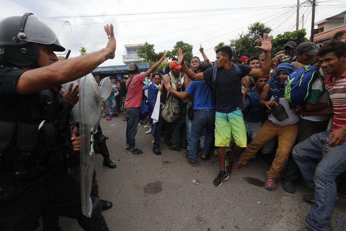 Las autoridades guatemaltecas intentaron que las personas se detuvieran y les pedían que regresaran a Tecún Umán, San Marcos.