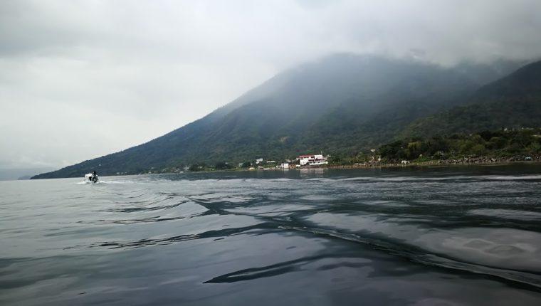 La combinación de vientos fríos y cálidos producen las turbulencias conocidas como Xocomil en el Lago de Atitlán, Sololá. (Foto Prensa Libre: César Pérez)